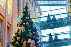 Árbol de navidad maravillosamente adornado en un mA que hace compras de niveles múltiples Imagen de archivo libre de regalías