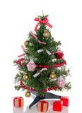 Árbol de navidad moderno con los regalos Imagenes de archivo