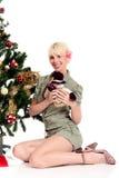 Árbol de navidad, mujer feliz joven Imagenes de archivo