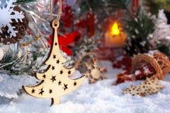 Árbol de navidad, nieve, regalo, muñeco de nieve y linterna roja Foto de archivo libre de regalías