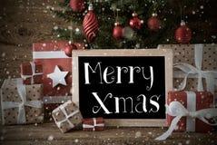 Árbol de navidad nostálgico con feliz Navidad, copos de nieve fotos de archivo