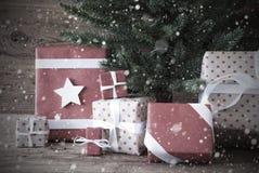 Árbol de navidad nostálgico con los regalos y los presentes imágenes de archivo libres de regalías