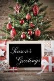 Árbol de navidad nostálgico con saludos de las estaciones imagenes de archivo