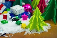 Árbol de navidad, papiroflexia en nieve con el pequeño papel de la estrella Imagen de archivo