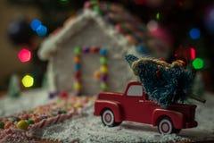Árbol de navidad para la casa de pan de jengibre fotos de archivo