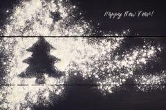Árbol de navidad pintado con la harina en un fondo de madera oscuro Año Nuevo, tarjeta de felicitación de la Navidad Imágenes de archivo libres de regalías