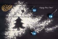 Árbol de navidad pintado con la harina en un fondo de madera oscuro Año Nuevo, tarjeta de felicitación de la Navidad Foto de archivo libre de regalías