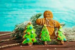 Árbol de navidad pintado del pan de jengibre y el hombre en un fondo azul Imagenes de archivo