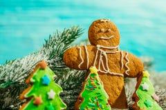 Árbol de navidad pintado del pan de jengibre y el hombre en un fondo azul Imágenes de archivo libres de regalías