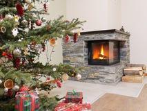 Árbol de navidad por la chimenea Imágenes de archivo libres de regalías
