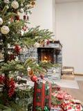 Árbol de navidad por la chimenea Imagenes de archivo