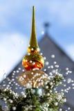 Árbol de navidad que nieva encantador Imagenes de archivo