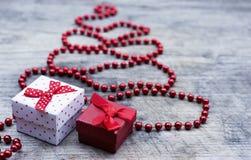 Árbol de navidad rojo con la tarjeta de felicitación de las cajas de regalo Imagen de archivo libre de regalías
