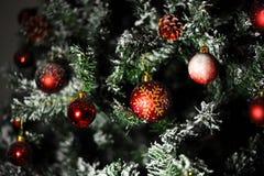 Árbol de navidad rojo de las bolas del ornamento fotografía de archivo