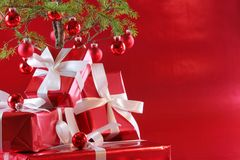 Árbol de navidad rojo, presentes del rojo Foto de archivo libre de regalías