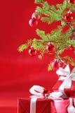 Árbol de navidad rojo, presentes del rojo Fotos de archivo libres de regalías