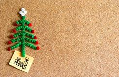 Árbol de navidad de tachuelas en corcho fotografía de archivo libre de regalías