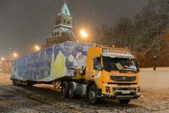 Árbol de navidad totalmente ruso principal de envío en el Kremlin en el remolque del cargo Foto de archivo