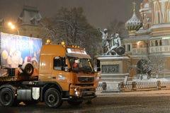 Árbol de navidad totalmente ruso principal de Santa Claus del envío en el Kremlin en el remolque del cargo Imágenes de archivo libres de regalías