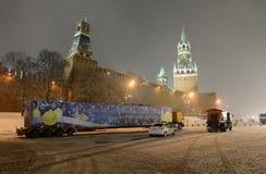 Árbol de navidad a través de la puerta de la torre de Spasskaya en el Kremlin Imágenes de archivo libres de regalías