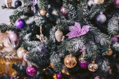 Árbol de navidad verde adornado con los juguetes Fotografía de archivo libre de regalías