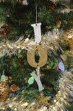 Árbol de navidad verde con las luces y el ornamento de la alegría imagen de archivo libre de regalías