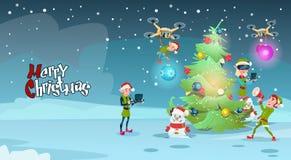 Árbol de navidad verde de la decoración del grupo del duende con la tarjeta de felicitación del Año Nuevo de los vidrios de la re Fotografía de archivo
