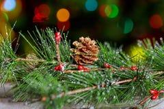 Árbol de navidad vestido Árbol de navidad Árbol de navidad Juguetes de la Navidad hechos de la madera Bokeh ligero Fotografía de archivo