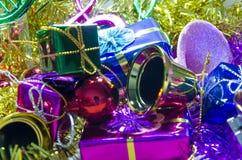 Árbol de navidad y bokhe en fondo rojo Fotos de archivo libres de regalías