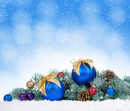 Árbol de navidad y bolas azules en fondo del bokeh Fotos de archivo