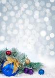 Árbol de navidad y bolas azules en fondo del bokeh Foto de archivo libre de regalías