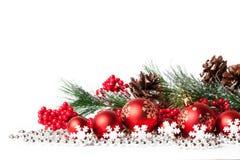 Árbol de navidad y bolas rojos en blanco imagen de archivo