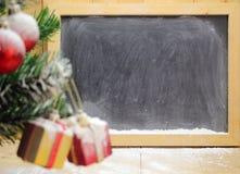 Árbol de navidad y cajas de regalo lindas con los arcos Fotografía de archivo libre de regalías