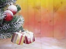 Árbol de navidad y cajas de regalo lindas con los arcos Fotos de archivo libres de regalías