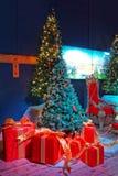 Árbol de navidad y cajas del rojo actuales Imagen de archivo