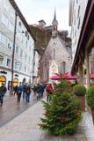 Árbol de navidad y calle en Salzburg, Austria Imagen de archivo