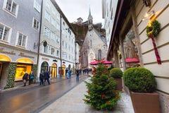 Árbol de navidad y calle en Salzburg, Austria Fotos de archivo libres de regalías