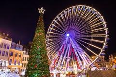 Árbol de navidad y carrusel espectaculares en sorprender Brujas Bélgica fotos de archivo