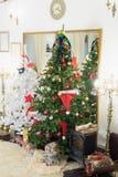 Árbol de navidad y chimenea en la sala de estar Imagen de archivo libre de regalías