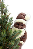 Árbol de navidad y chocolate Papá Noel contra el cierre blanco del fondo para arriba Imagen de archivo libre de regalías