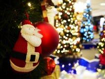 Árbol de navidad y decoraciones Fotos de archivo libres de regalías