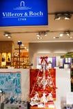 Árbol de navidad y decoraciones con cuttlery y el dishware en el SID Imágenes de archivo libres de regalías
