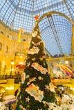 Árbol de navidad y decoraciones en el Año Nuevo justo Imágenes de archivo libres de regalías