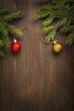 Árbol de navidad y decoraciones en fondo de madera Fotos de archivo
