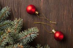 Árbol de navidad y decoraciones en fondo de madera Fotos de archivo libres de regalías