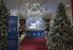 Árbol de navidad y decoraciones en venta dentro de Macy imagenes de archivo