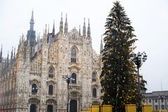 Árbol de navidad y Duomo del cuadrado de Milán Italia foto de archivo libre de regalías
