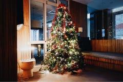 Árbol de navidad y exhibición adornados de Menorah imágenes de archivo libres de regalías