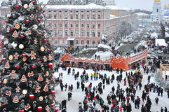 Árbol de navidad y favorablemente en la plaza principal de Kiev Fotografía de archivo