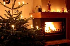Árbol de navidad y fuego foto de archivo libre de regalías